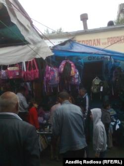 Məktəbli paltarları satılan İsmayıllı bazarı
