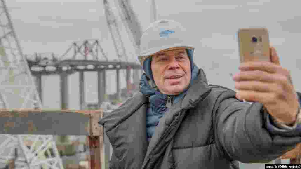 В конце ноября на строительстве «заселфился» российский певец Олег Газманов. Здесь же он выступил с концертом