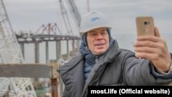 Олег Газманов робить «селфі» на будівництві мосту, 29 листопада 2017 року