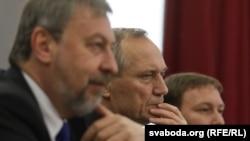 Один из лидеров оппозиции Андрей Санников (слева) по-прежнему остается под стражей
