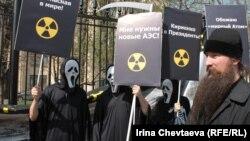 Акция в память о Чернобыльской катастрофе у здания Росатома. Москва, 2012 г