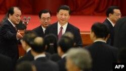 شی جینپینگ، معاون کنونی رئیسجمهور، و رهبر آینده چین در مرکز تصویر