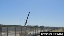 У Керчі встановлюють шумозахисні екрани вздовж дороги, що веде до Керченського мосту, 30 квітня 2018 року