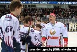 Аляксандар Лукашэнка віншуе хакеістаў каманды «Грыфоны»