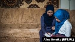 Назифе и Сафие рассматривают фотографии с отцом