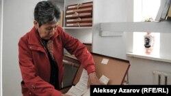 Главный хранитель рукописного фонда Мухтара Ауэзова Бахыт Жумагалиева c архивными документами. Алматы, 13 октября 2011 года.