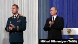 Президент России Владимир Путин (справа) и глава Росгвардии Виктор Золотов.
