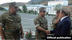 Премьер-министр Овик Абрамян в одной из воинских частей в Тавушской области Армении (архив)