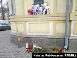 Люди приносять квіти до головного корпусу НМУ імені О.Богомольця у пам'ять про Мукаддас Насирлаєву. Київ, 19 лютого 2018 року
