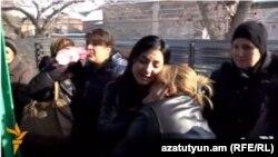 Përkujtim para shtëpisë së familjes së vrarë Avetisian në Gyumri