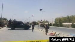 Шабуыл жасалған жерде тұрған әскерилер. Кабул, Ауғанстан, 24 қыркүйек 2017 жыл.