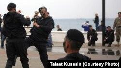 Выступления служащих военно-морского флота на Каспии. Актау, апрель 2013 года. Иллюстративное фото.