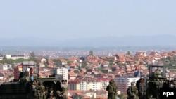 Paqeruajtësit e KFOR-it duke patrulluar në Mitrovicë...