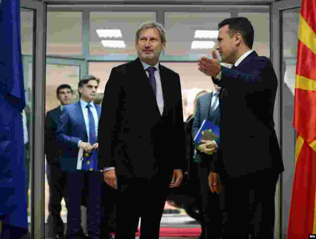 МАКЕДОНИЈА - Еврокомесарот Јоханес Хан и премиерот Зоран Заев имаат позитивни очекувања за европската перспектива на Македонија. Еврокомесарот упати и порака до опозицијата да биде критичка, но и конструктивна. Постигнавме многу, но сега е важно да се истрча последниот километар или половина километар за да се заврши овој маратон, нешто да се направи, изјави Хан.