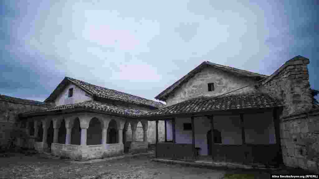 У стародавньому поселенні Чуфут-Кале збереглися караїмські молитовні будинки – кенаси. Караїмська громада Криму займалася їхньою реставрацією