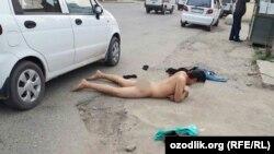 По словам очевидцев, предприниматель, устроивший «голую» акцию протеста, не спеша снял с себя одежду и лег на асфальт.