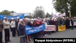Депутаттарды босатуды талап еткен шеру. Қырғызстан, 5 қазан 2012 жыл.