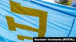 Qırımtatar milliy bayrağı. Nümünelik fotosüret