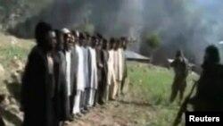 د پاکستان وسله والو طالبانو د دې هیواد امنیتي سرتېري په کتار کې ودرولي دي او وژني یې. دا پېښه په دیر کې شوې وه