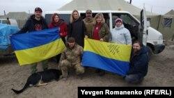 «Музичний батальйон» після концерту перед українськими вояками, архівне фото