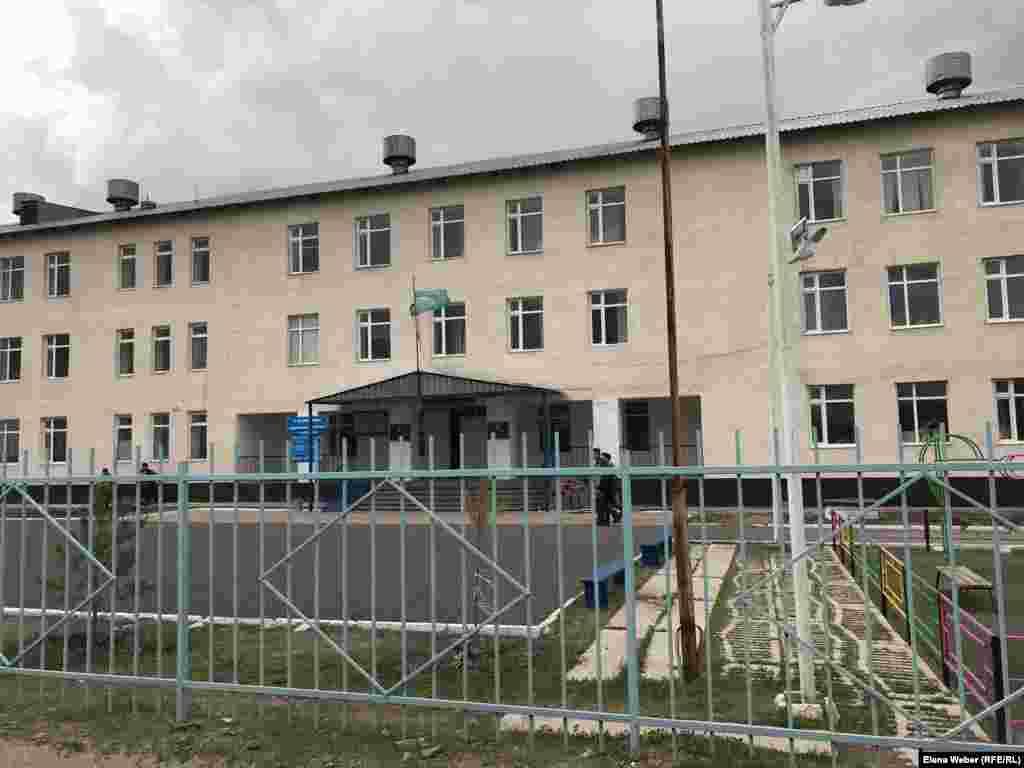 Школа в поселке Старый Жайрем. В учебный период, говорят жители и власти, во время взрывных работ на руднике в целях безопасности учеников выводили из здания на улицу.