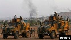 """Түркия әскерилері Сирияның шекаралас Кобани қаласы маңындағы """"Ислам мемлекеті"""" содырлары мен күрд жасақтары арасындағы ұрысты сырттай бақылап тұр. 3 қазан 2014 жыл."""