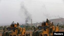 Forcat e Turqisë në kufirin me Sirinë, ndërsa në plan të dytë shihet qyteti Kobani