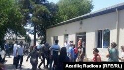 Tarlada zəhərlənən işçilər və yaxınları, İmişli rayon mərkzi xəstəxanasının qarşısı,19 iyun 2018