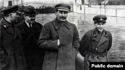 Йосип Сталін і його поплічники: Ворошилов, Молотов (ліворуч), Єжов (праворуч) 1937 рік
