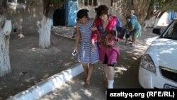 Құлаған кірпіштен аяғын жарақаттаған жатақхана тұрғыны. Қызылорда, 4 тамыз 2015 жыл.