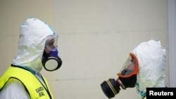 Membrii ai Gărzii Roiale care păzesc un spital din Madrid