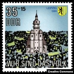 Одна из последних почтовых марок ГДР, выпущенная в 1990 году, была посвящена лейпцигским демонстрантам