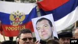 Pristalice Rusije sa posterima ruskog predsednika u Beogradu, 20. oktobar 2009.