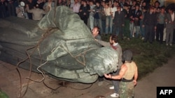 A crowd watches the statue of KGB founder Feliks Dzerzhinsky being toppled on Lubyanka Square in Moscow on August 22, 1991.