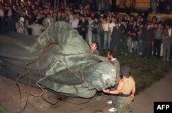 Статуя основателя КГБ Феликса Дзержинского на Любанской площади Москвы повалена, 22 августа 1991