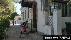 На площади Ластовой расположена детская поликлиника Нахимовского района