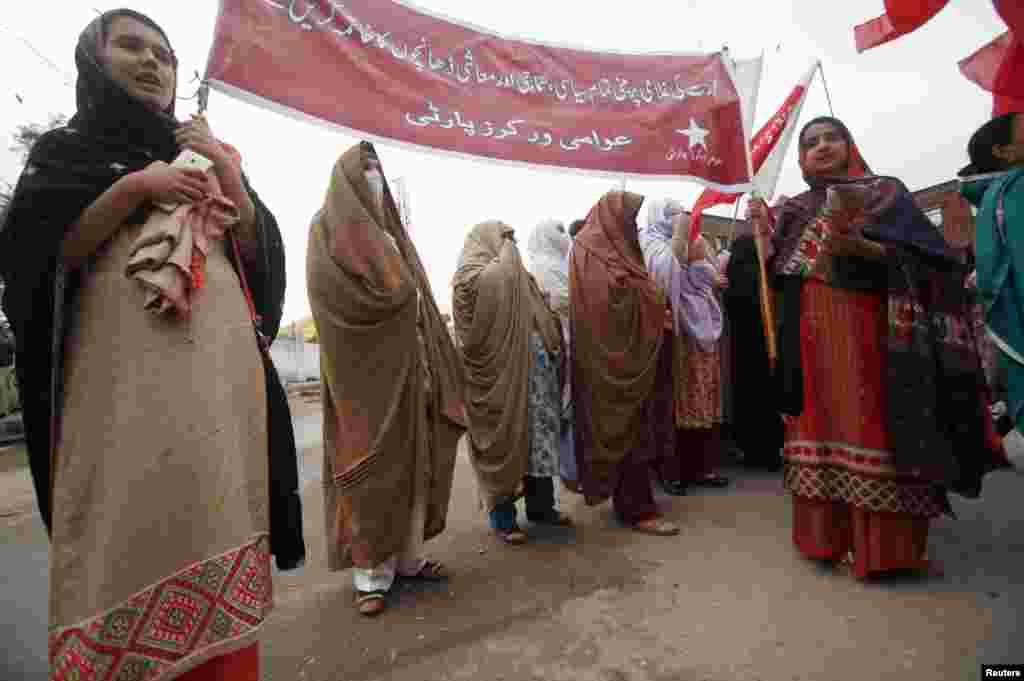 اعتراض برخی زنان در پیشاور پاکستان.