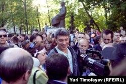 Оппозиционный политик Борис Немцов дает интервью на фоне памятника Абаю. Москва, 10 мая 2012 года.