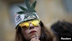 Učesnica protesta za legalizaciju marihuane u Tbilisiju