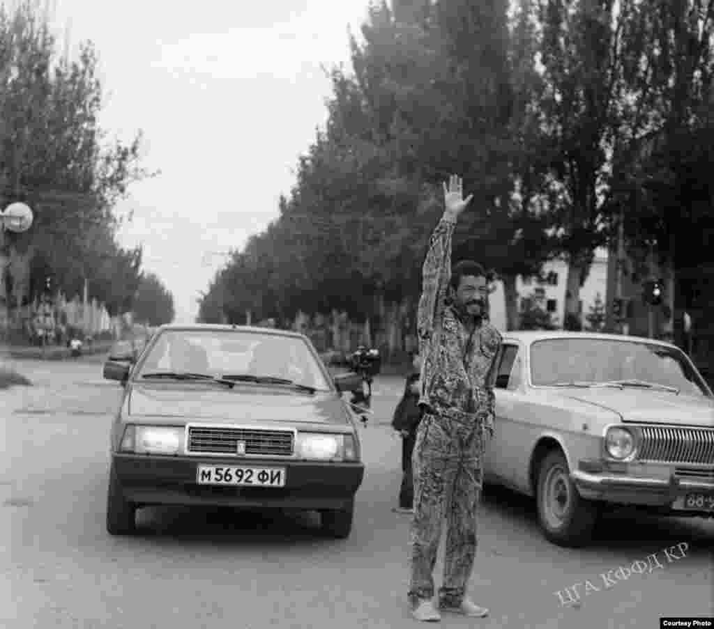 """Режиссер киностудии """"Киргизфильм"""" Геннадий Базаров на съемках фильма """"Заговор"""", 1989 год. Автор фото - Жоробаев."""