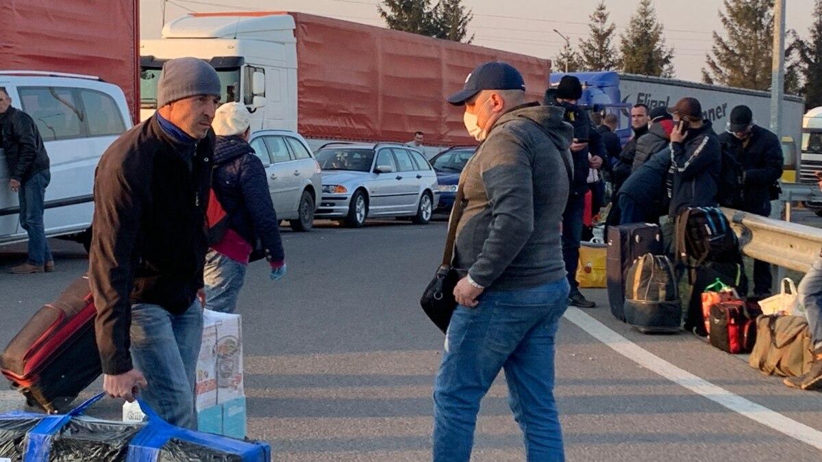 Тысячи украинцев собрались на польской границе. Людей нон-стоп вывозят автобусами и пропускают пешеходов