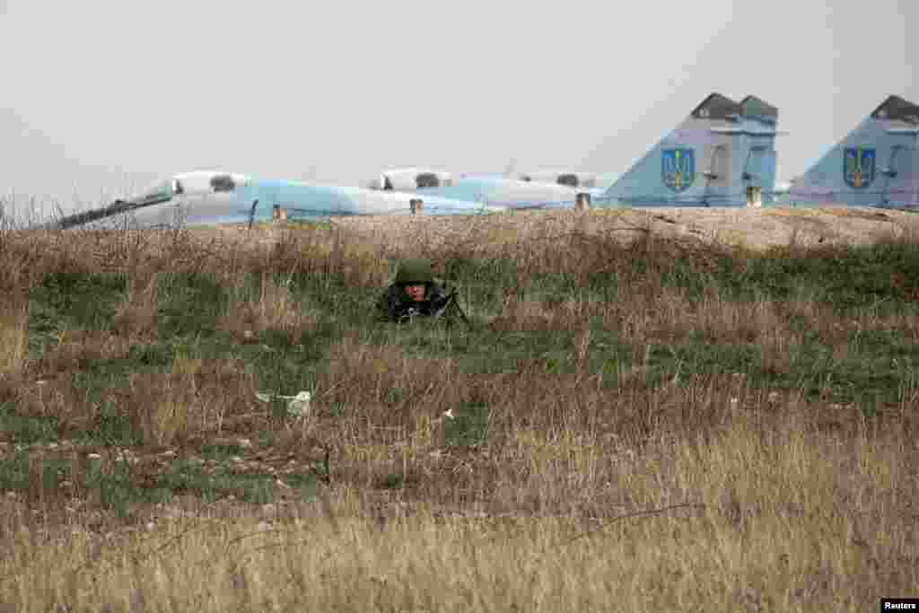 Rusiye askeri ukrain qırıcıları yanında yata. 2014 senesi mart 4 künü