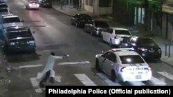 Мужчина стреляет в полицейскую машину в Филадельфии, США. 8 января 2015 года.