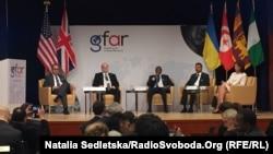 Посол України у США Валерій Чалий (другий ліворуч) на вступній сесії Глобального форуму з повернення активів, Вашингтон, 4 грудня 2017 року