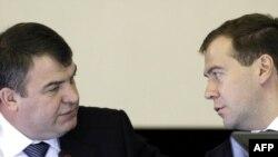 На расширенной коллегии Минобороны: глава ведомства Анатолий Сердюков (слева) и президент Дмитрий Медведев