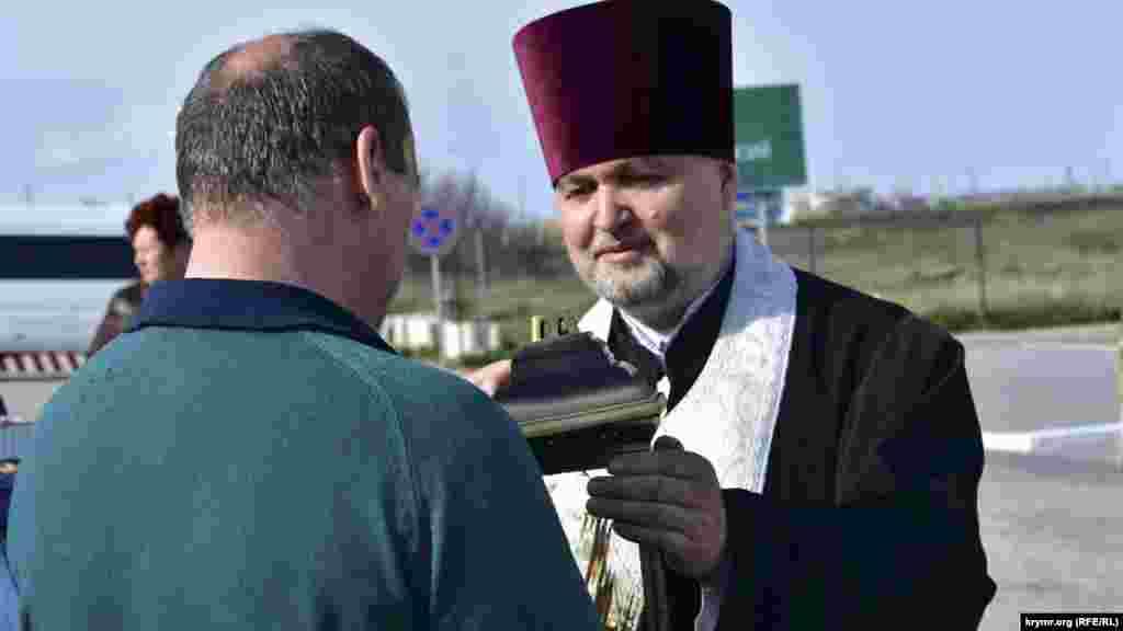Херсонські священики Української православної церкви Київського патріархату передали 16 квітня до Кримської єпархії УПЦ КП «благодатний вогонь», привезений із Єрусалиму.