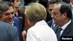 Գերմանիայի կանցլեր Անգելա Մերկելը, Ֆրանսիայի նախագահ Ֆրանսուա Օլանդը և Հունաստանի վարչապետ Ալեքսիս Ցիպրասը եվրոյի գոտու առաջնորդների հանդիպման ժամանակ, Բրյուսել, 12-ը հուլիսի, 2015թ.