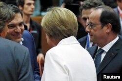 Грецький прем'єр Алексіс Ципрас із канцлером Німеччини Анґелою Меркель та президентом Франції Франсуа Олландом під час саміту лідерів єврозони в Брюсселі