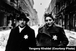 Эту семейную пару Евгений Халдей встретил в январе 1945 года в будапештском гетто. Халдей был поражён тем, что даже после освобождения города мужчина и женщина продолжают носить нашитые по приказу оккупантов шестиконечные звёзды