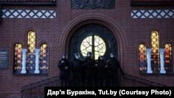 АМАП блякуе ўваход у Чырвоны касьцёл, Менск, 26 жніўня 2020
